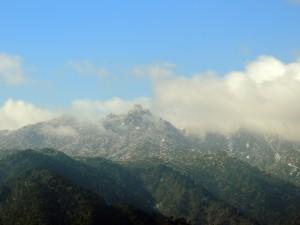 雲間から見える翁岳